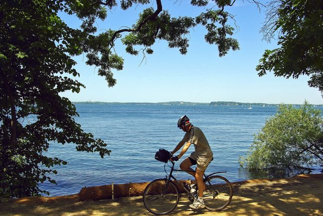 ciclista sul lago