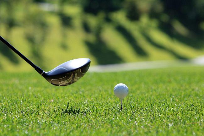 mazza e pallina per giocare a golf