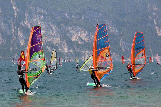 persone che fanno windsurf sul Lago di Garda