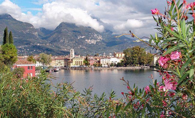 Vista di Riva del Garda tra i fiori