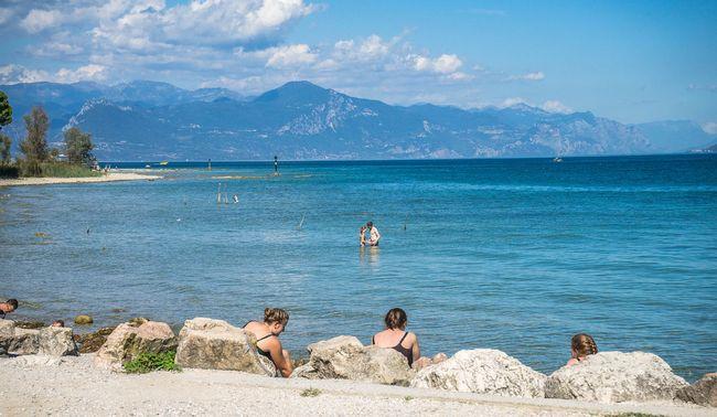 Persone in spiaggia sul Lago di Garda