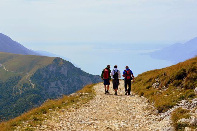 Persone che fanno trekking sul Lago di Garda