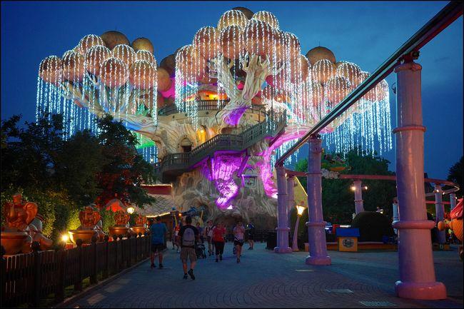 L'albero di Prezzemolo illuminato per l'apertura serale di Gardaland