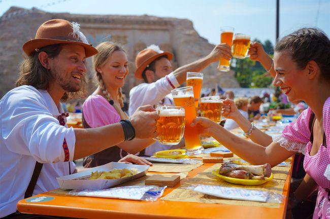 persone in costumi bavaresi che bevono birra alla Gardaland Oktoberfest