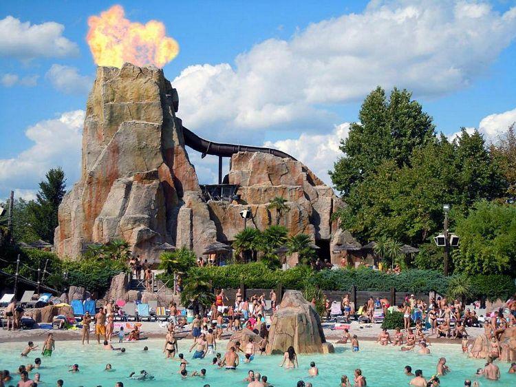 Piscina a onde e vulcano con scivoli di Caneva Aquapark