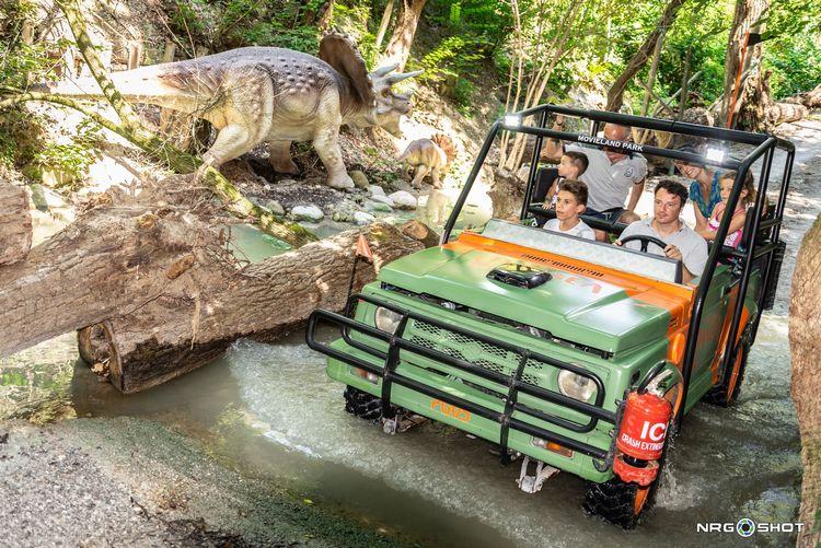 Famiglia guida una jeep tra i dinosauri di Pangea, la nuova attrazione di Movieland