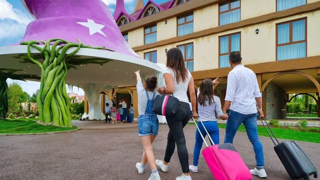 Famiglia con valige arriva al Gardaland Magic Hotel
