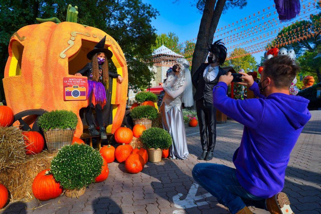Bambina si fa fotografare dal papà tra le scenografie di Gardaland Magic Halloween